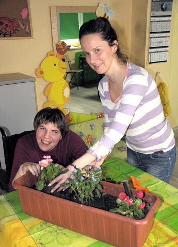 Podopieczna z opiekunką z roślinami